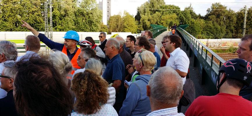 Dicht gedrängt auf der Brackstraßenbrücke. Herr Steinkühler muss bei seinen Erklärungen gegen den Lärm der Züge ansprechen.  Beachtlich: Seine Stimme hält bis zum Ende der Führung durch!
