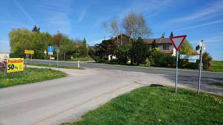 Auf den links ausgeschilderten Radweg wollte ich von der B304 (von rechts Richtung Wasserburg kommend) abbiegen