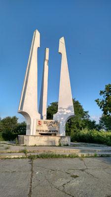Denkmal den Straßenbauern (Google Lens kann's übersetzen)