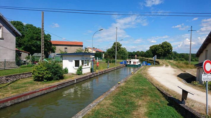 Kanal und Straße gaben sich ein Wechselspiel
