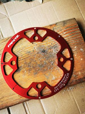 Bohren des Kettenschutz für die Sensor-Magnete