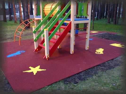 рулонное покрытие из резиновой крошки на детской площадке