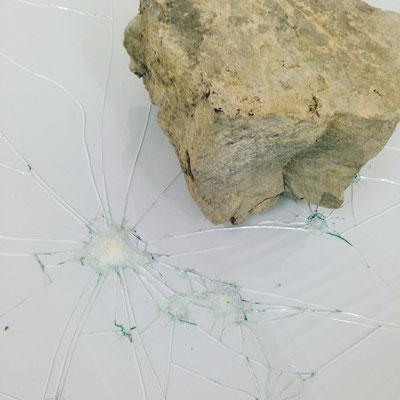 「石を落としてガラスにヒビを入れた芸術作品です。」っていう説明。ちょっとその説明いらないかなぁ~笑