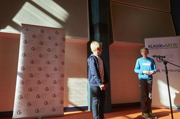 Nis Pflüger  (Preisträger 2015 und Juror 2016) begründete, warum Erik Ruben Bredlow in diesem Jahr den Preis für die Klassenstufe 5-6 erhält.