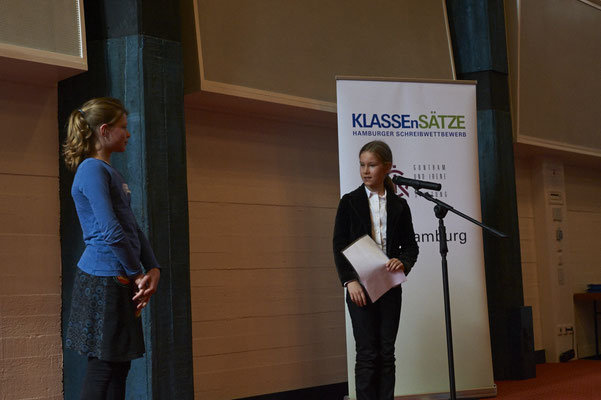 Carla Fritz (Preisträgerin 2015 und Jurorin 2016) hielt die Laudatio für die diesjährige Preisträgerin der Klassenstufe 4, Leila Rowoldt.