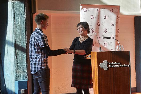 Jurorin Andrea Herzog (Verlegerin der Hörcompany) hielt die Laudatio für Celina Ehrmann, Siegerin der Klassenstufe 10+Oberstufe.