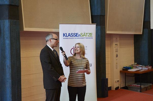 Moderatorin Jessica Schlage im Interview mit Schulsenator Ties Rabe, dem Schirmherrn des Wettbewerbs.