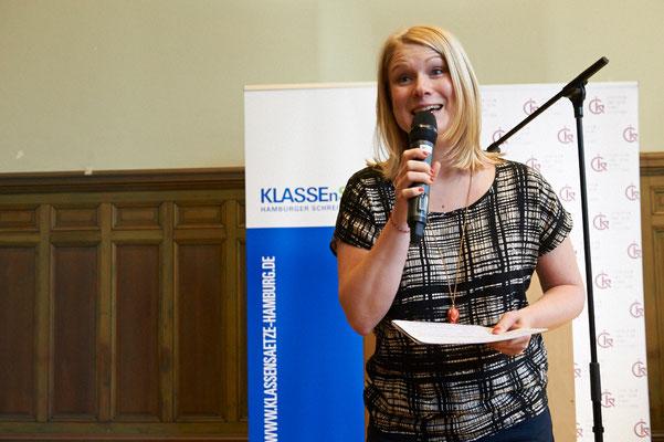 Moderatorin Jessica Schlage führte das Publikum in der voll besetzten Aula des Schulmuseums charmant von einem Punkt zum nächsten.