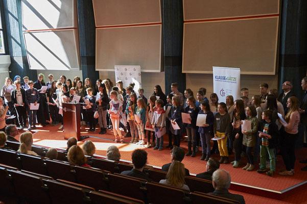 Da wurde es ziemlich eng auf der Bühne: Erinnerungsfoto mit fast 70 Schulsiegerinnen und Schulsiegern!