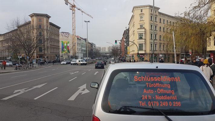 Schlüsseldienst Kreuzberg steht auf der Brücke Ankerklause