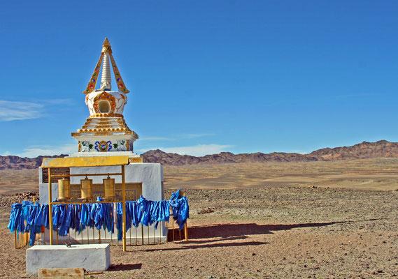 Stupa in der Weite der mongolischen Steppe