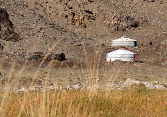 Jurthen am Wegesrand, Mongolia