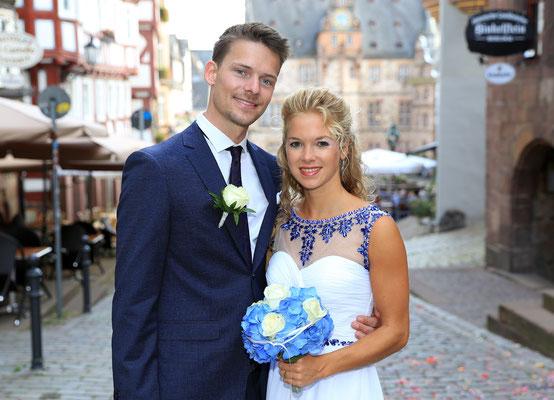 Laura und Boy nach der standesamtlichen Trauung am Marburger Marktplatz