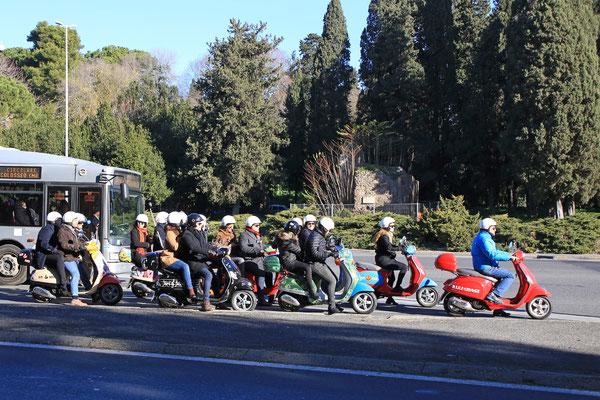 Rollerfahrer überall, auch meinen geliebten Yamaha Tmax sah ich an jeder Ecke