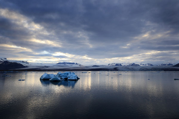 Die Lagune Jökulsarlon mit dem Breidarmerkurjökull im Hintergrund