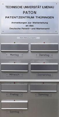 Offenbar wird in Ilmenau rund um die Uhr erfunden. Und damit die Erfinder wissen, welcher Tag heute ist, leuchtet dort ein grünes Lämpchen...