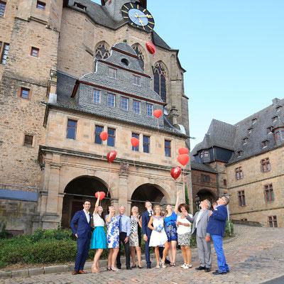 Hochzeitsgesellschaft vor dem Marburger Schloss