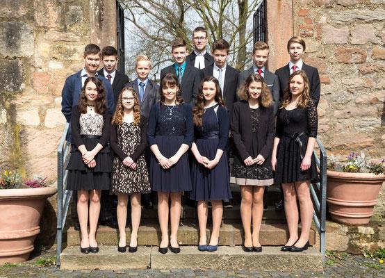 Konfirmation Ebsdorf: Gruppenfoto mit Pfarrer