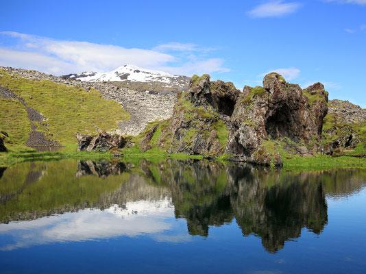 Oft im Nebel, aber hier im Hintergrund zu sehen: Der Snaefellsnes-Gletscher