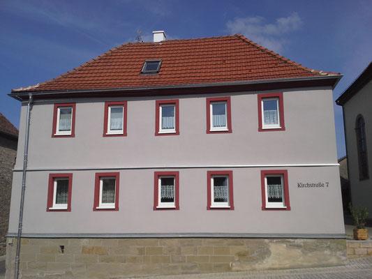 Fertigstellung der Fassade rein mineralisch (Fassadenfilzputz sowie Fassadenfarben).