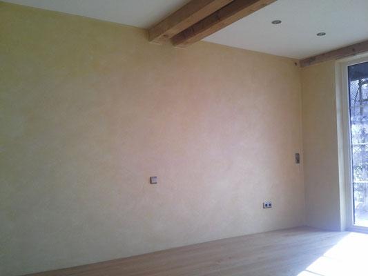 Deckenbereich- Spritzputz / Wandbereich- Lasurtechnik in Goldocker