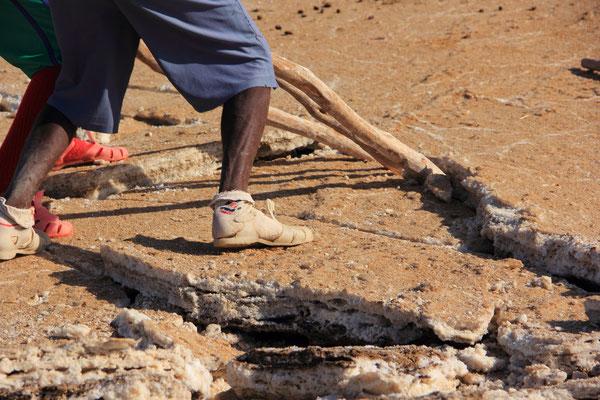 Äthiopien; Salzarbeiter in der Danakil-Wüste