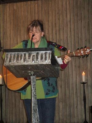 Elisabeth mit ihrer Gitarre