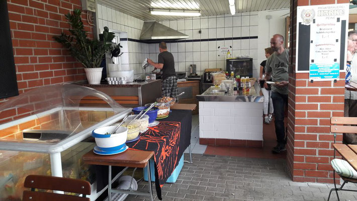 Tag der offenen Tür: Salate und Grill