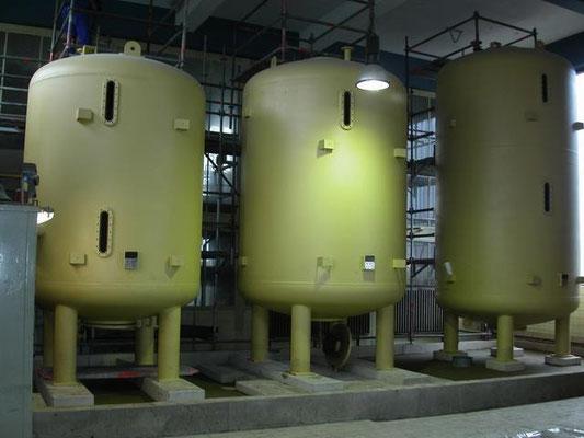 fertig eingebaute Behälter in der Vollentsalzungs-Anlage eines Kraftwerks