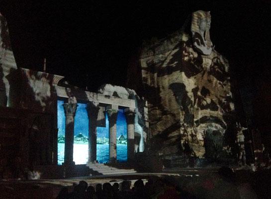 Totenmaske: Pani-Projektion auf Felsenwand