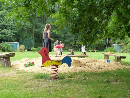 Kinderspiel auf mehreren Plätzen