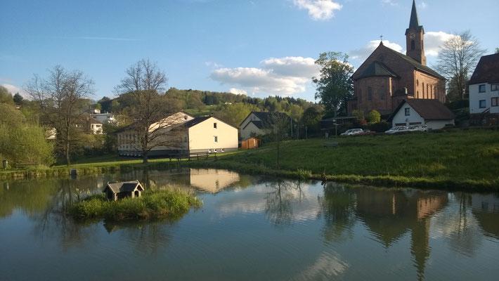 Weiher mitten im Dorf