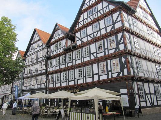 Marktplatz mit zahlreichen Fachwerkhäusern