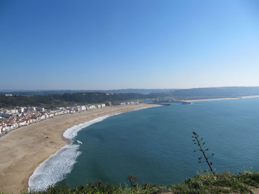 Blick von weit oben auf die gesamte Bucht von Nazare