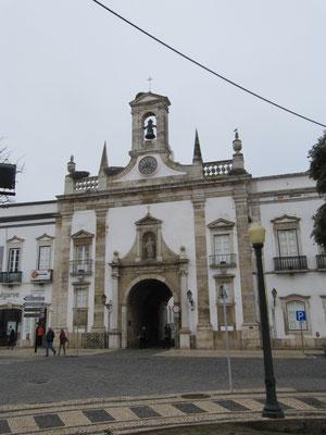 Arco da Vila, das mächtige Haupttor in die Altstadt