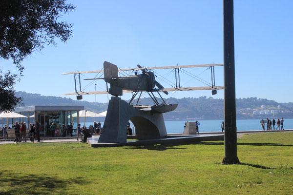 Denkmal, daß an die erste Überquerung des Südatlantiks mit dem Flugzeug erinnert (Nachbau)