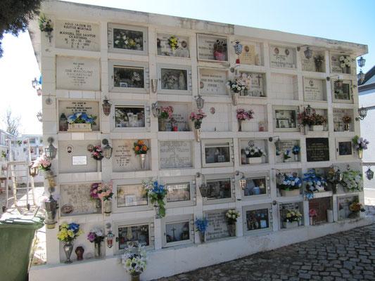 ein portugies. Friedhof - Urnen in Schließfächer