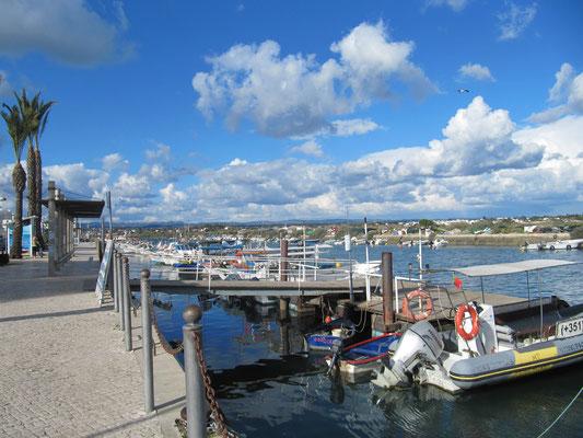 Hafen/Kanal mit vielen Fischer- und Ausflugsbootchen