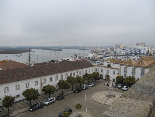 Ausblick vom Glockenturm auf Faro, die Lagune und den großen Kirchenvorplatz