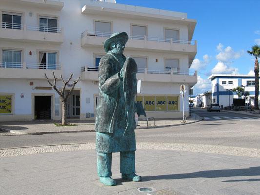 """Figur """"Der Fischer"""" am Hafen"""