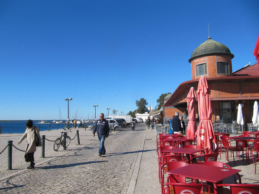 die Promenade mit der Markthalle