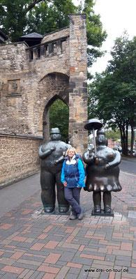 """Mann mit Stock"""" und """"Frau mit Schirm"""" am Rosentor"""