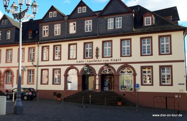 """seit 1712  ist die historische Amtsapotheke """"Zum Engel"""" am Marktplatz ansässig, die 1666 als Hofapotheke gegründet wurde"""