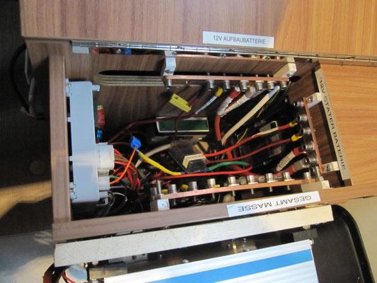 Zentralelektrik / Stromschienen für 12 V (Ansicht von oben)