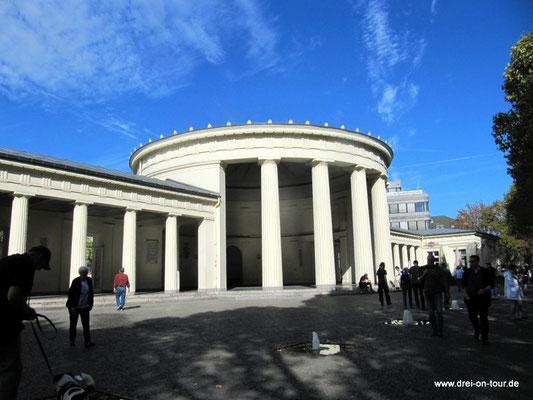 Elisenbrunnen - Berühmter klassizistischer Pavillon, ursprünglich von 1827, mit 2 schwefelhaltigen Trinkbrunnen.