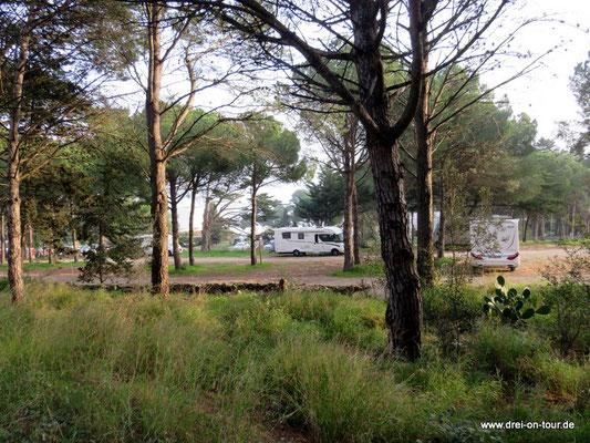 Unser Stellplatz in unmittelbarer Nähe zum Eingang der Ruinenstätte