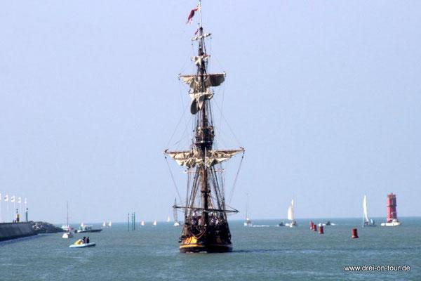 ein Piratenschiff fährt ein ...