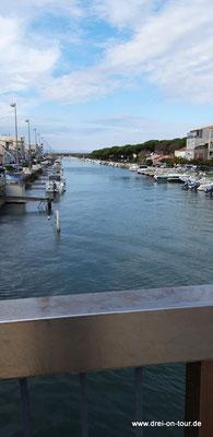 Fußweg in die Stadt am Fluß/Kanal entlang
