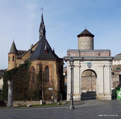 im Hintergrund: runder Stadtmauerturm, Spätmittelalter