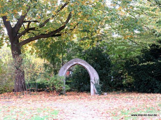 Longinusbogen im Garten des Lessinghauses